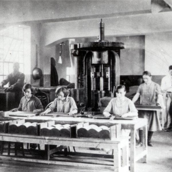 Fabrika-rabotnici-mashini
